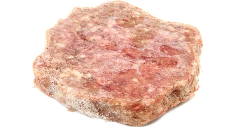 Gefrorenes Fleisch mit weißlichen oder grau-braunen Stellen ist von Gefrierbrand betroffen.  ( Foto: Shutterstock-endeavor)