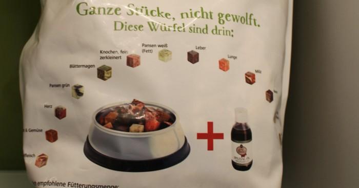 Das System der 14 Portionswürfel des Graf Barf Vollwertmenü Plus Rind auf der Verpackung ( Foto: Vivian Hinz )