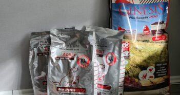 Vergleichstest der Trockenfuttersorten Genesis und PLATINUM getreidefrei. (Foto: Julia Roß)